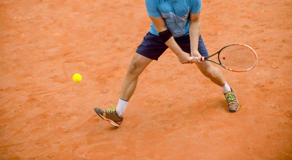 Foto eines Tennisspielers bei der Rückhand
