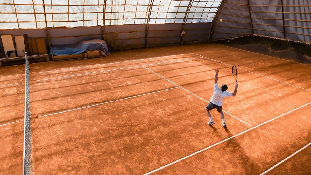 Foto eines Tennisspielers beim Schmetterball oder Smash