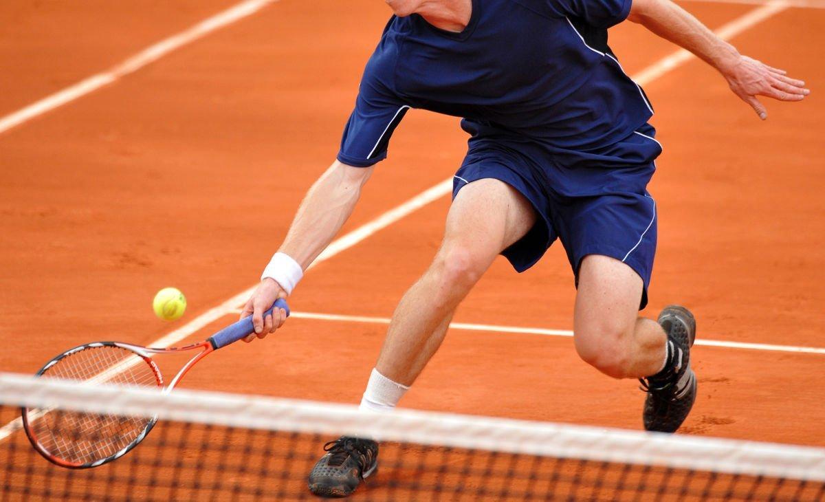 Foto eines Tennisspielers beim Stoppball