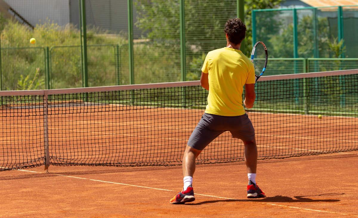 Foto eines Tennisspielers beim Volley