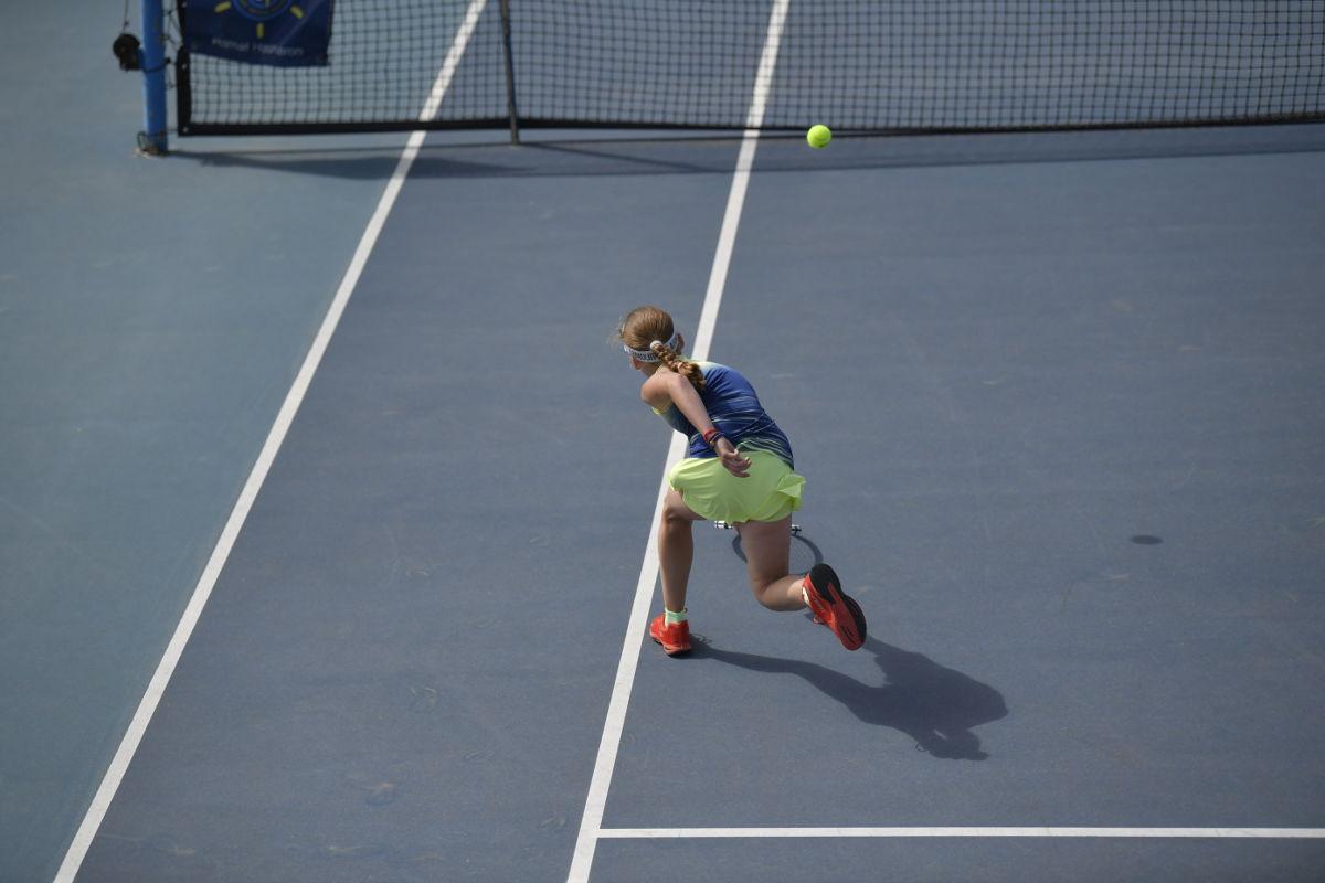 Foto einer Tennisspielerin beim Stoppball