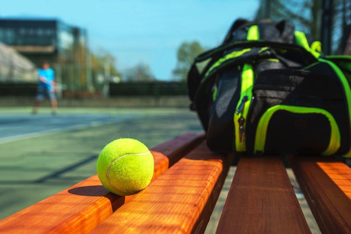 Foto einer Tennistasche mit einem Tennisball
