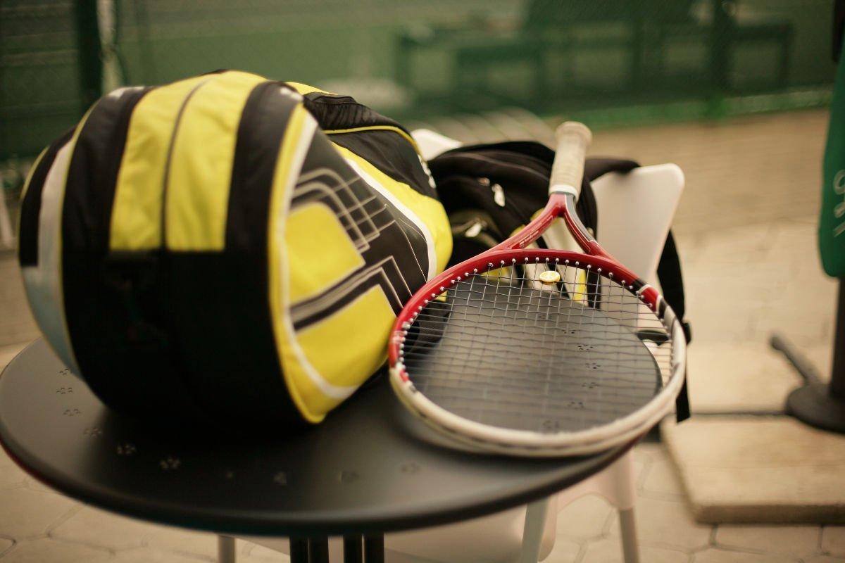 Foto einer Tennistasche und eines Tennisschlägers auf einem Tisch