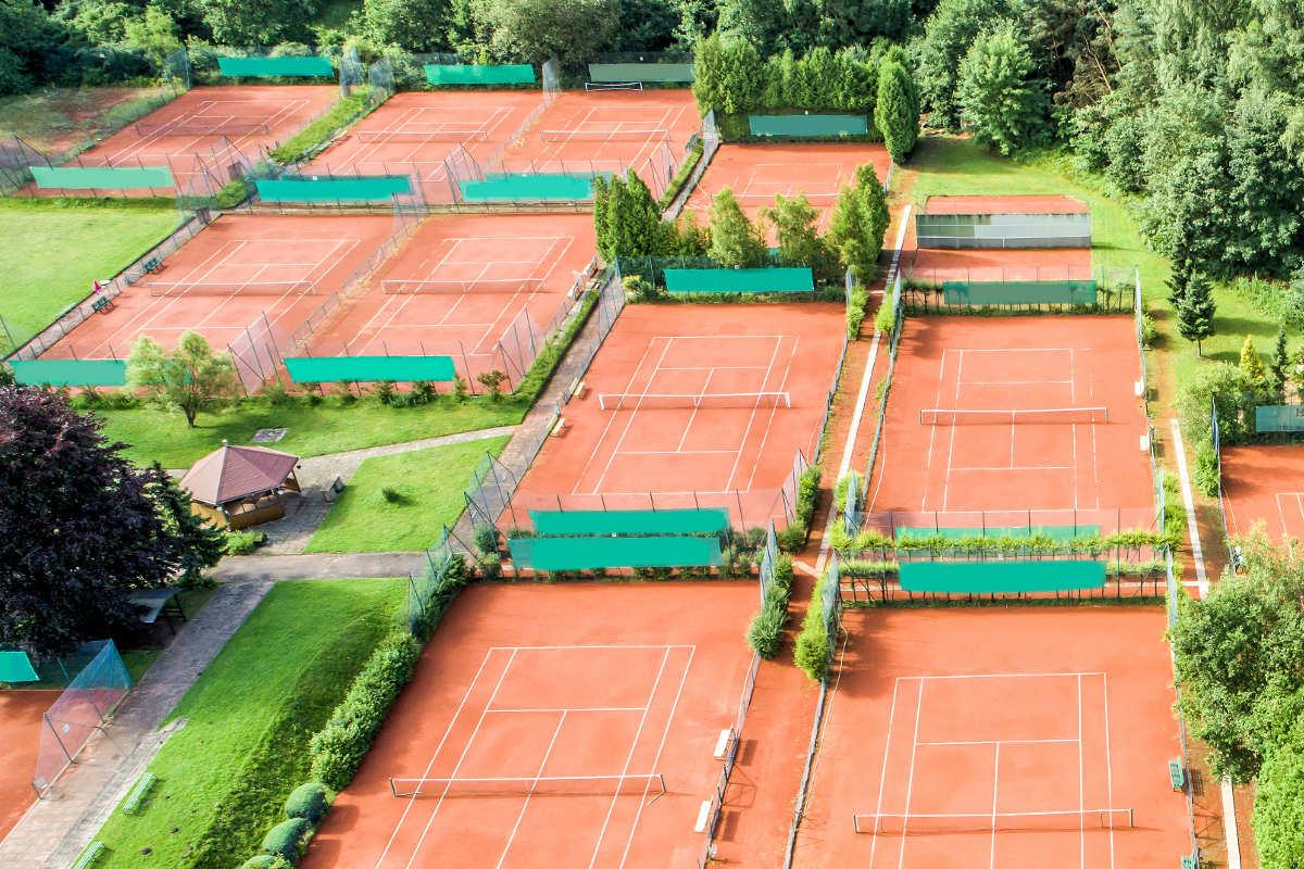 Foto von mehreren Tennisplätzen auf der Anlage eines Tennisvereins