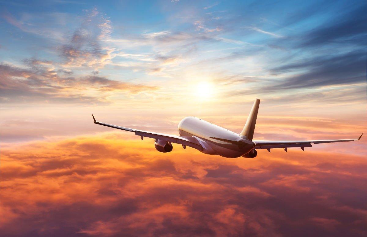 Foto eines Flugzeugs über den Wolken